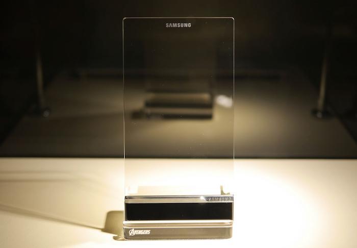 Khả năng là chiếc điện thoại trong suốt này sẽ được trang bị màn OLED
