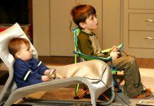 Hai đứa trẻ đang tập trung chơi game